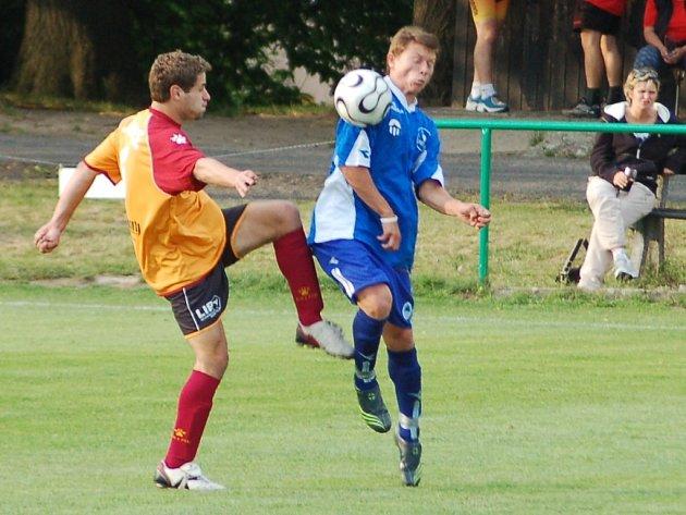 SOUBOJ. Hlavický Jeník (vlevo) a liberecký Finklár bojují o vysoký míč.