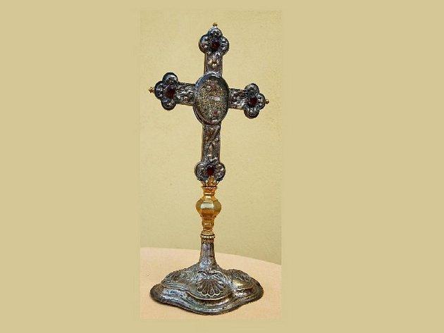 Kříž o rozměrech 27 x 13 cm pochází z 19. století a byl vyroben ze starostříbra. Uprostřed kříže je elipsa, ve které jsou uchovány originální ostatky sv. Antonína Velikého.