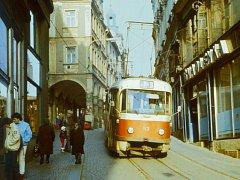Pražskou dolů, Moskevskou nahoru jezdila tramvaj centrem města, než trasu do Lidových sadů nahradil nový kolejový obchvat Rumunskou ulicí, tak jak ho známe dnes.