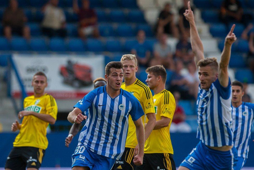 Zápas 1. kola první fotbalové ligy mezi týmy FC Slovan Liberec a MFK Karviná se odehrál 21. července na stadionu U Nisy v Liberci. Na snímku vlevo (v modrém) Taras Kacharaba.