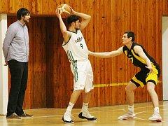 KONDOŘI NA VYSOČINU NEUMĚJÍ. Po domácí porážce 73:90 podlehli i v Jihlavě. Pod dozorem trenéra Pastýříka vhazuje míč Jakub Němeček.
