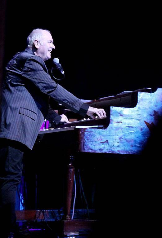 Klávesista Spike Edney, který často hrával na koncertech s kapelou Queen. Nyní hraje ve vlastní kapele SAS Band.
