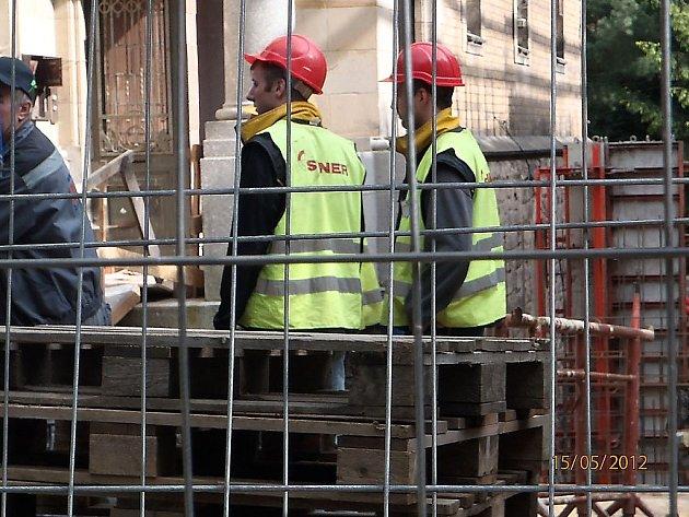 Dělníci Syneru na stavbě lázní