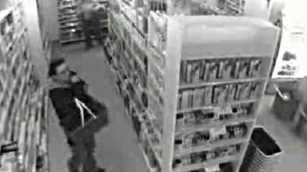 Drzost zlodějů pomalu ztrácí jakékoliv limity. Důkazem toho je videozáznam, který policie obdržela ze samoobsluhy v obci Sobotka na Jičínsku. Průmyslová kamera v místním obchodě zachytila dvě zlodějky v akci.