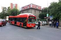 V Liberci nedaleko Babylonu se srazil autobus s autem. Pet lidi se zranilo.