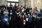 Více než 150 lidí se sešlo před Severočeským muzeem a zpívalo koledy.
