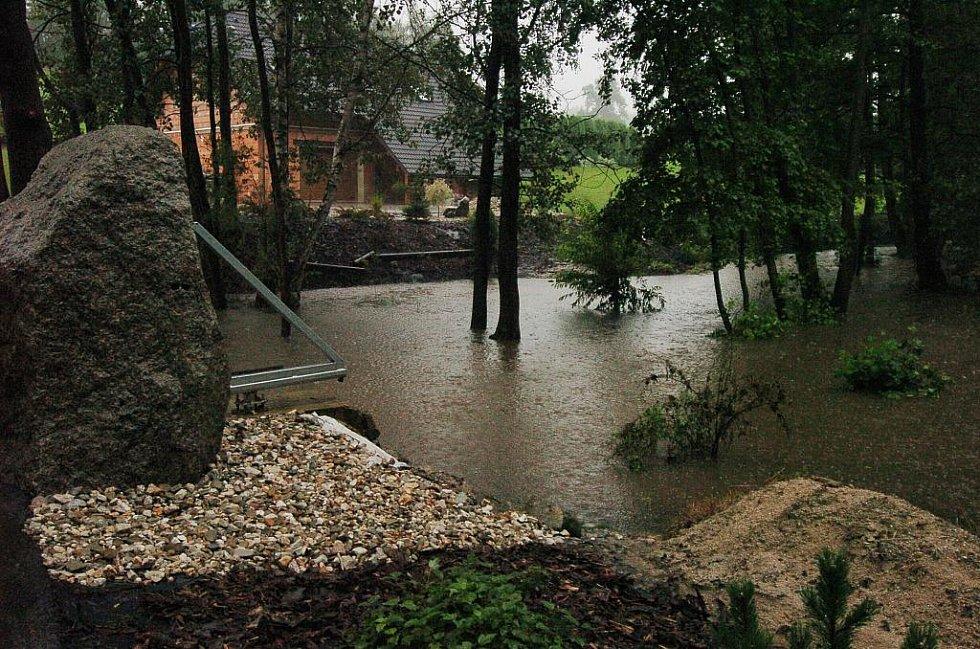 Mníšek u Liberce, kde hladina řeky stoupla během několika hodin o několik metrů.