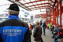 Asistenti městské policie z řad nezaměstnaných pomáhají udržovat pořádek na Úřadu práce i v centru města.