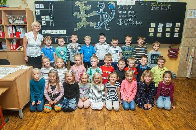 Prvňáci ze základní školy Ještědská vLiberci se fotili 13.září do projektu Naši prvňáci. Na snímku je snimi třídní učitelka Jana Ponertová.