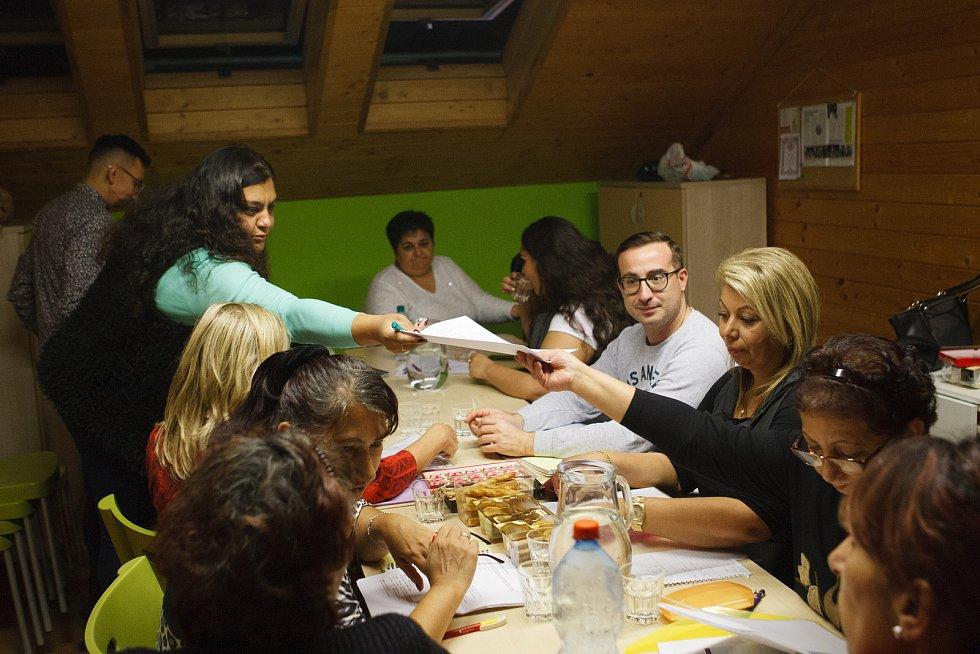 Výuka romštiny v libereckém komunitním středisku Kontakt.