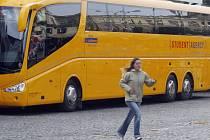 ŽLUTE AUTOBUSY JIŽ NESTAČÍ. Dominantní dopravce na lince do Prahy  začal spolupracovat s ČSAD Liberec.