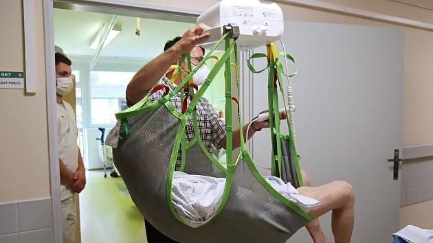 V liberecké nemocnici mají nový zvedací kolejnicový systém.