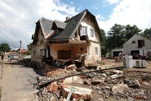 Odstraňování škod, které způsobily povodně v Heřmanicích