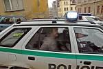 Policie odváží muže, který vyhrožoval odpálením granátu.