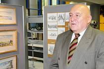 Architekt Miroslav Ulmann při otevření své výstavy.