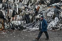 Bulovka se dočkala. Odpady začínají mizet.Odborníci odhadují, že v halách teletníku i na volných prostranstvích leží na devět tisíc tun převážně textilního a plastového odpadu.