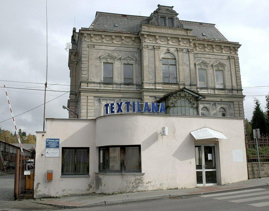 Bývalá textilní továrna  byla odsouzená k zániku, Textilana v Novém Městě pod Smrkem na fotkách z roku 2008.