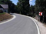 Opravený úsek silnice vedoucí od Jeřmanic k Obřímu sudu na Javorníku.