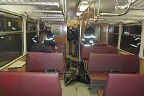 TĚLO SEBEVRAHA V ČERNÉM VAKU odváželi záchranáři společně se zaměstnanci pohřebního ústavu speciálně vypraveným vlakem z Frýdlantu kvůli špatné přístupnosti místa neštěstí.