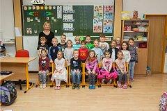 Prvňáci z 1. A Základní školy Český Dub se fotili do projektu Naši prvňáci. Na snímku je s nimi třídní učitelka Jitka Pacltová.