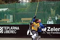 EXHIBIČNÍ ZÁPAS otevřel zrekonstruované hokejbalové hřiště na Františkově v Liberci. Na jaro se ještě chystá slavnostní otevření.