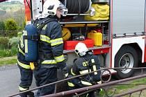 Požáru ve sklepě si všimli včas, hasičům stačila na uhašení džberová stříkačka.
