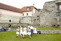 VODNÍ HRAD LIPÝ. Pozůstatky hradu ze 13. století připomínají slavný rod Ronovců. Dnes jsou součástí městské památkové zóny, oblíbeným místem pro pořádání kulturních programů.