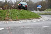 Řidič (*1969) s téměř třemi promilemi alkoholu nezvládl průjezd kruhovým objezdem v Mníšku u Liberce a s automobilem Audi vyjel na jeho vrchol. Nehoda se stala 8. dubna večer.