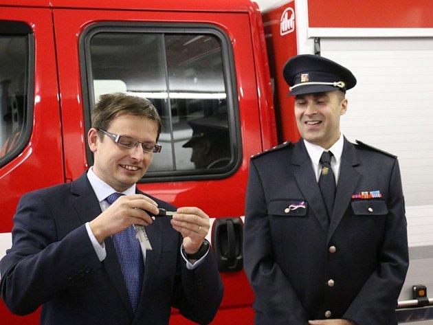 Starosta Turnova Tomáš Hocke předával veliteli městských dobrovolných hasičů Martinu Bartoníčkovi klíčky od moderního zásahového vozidla Iveco.