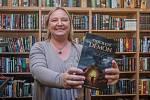 Karolina Francová s fantasy knihou Tisíciletý Démon.