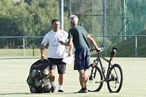 TRÉNINK SKONTA. Hráči si však museli půjčit míče od dorostenců Slovanu. Odcházející borec se notně divil...
