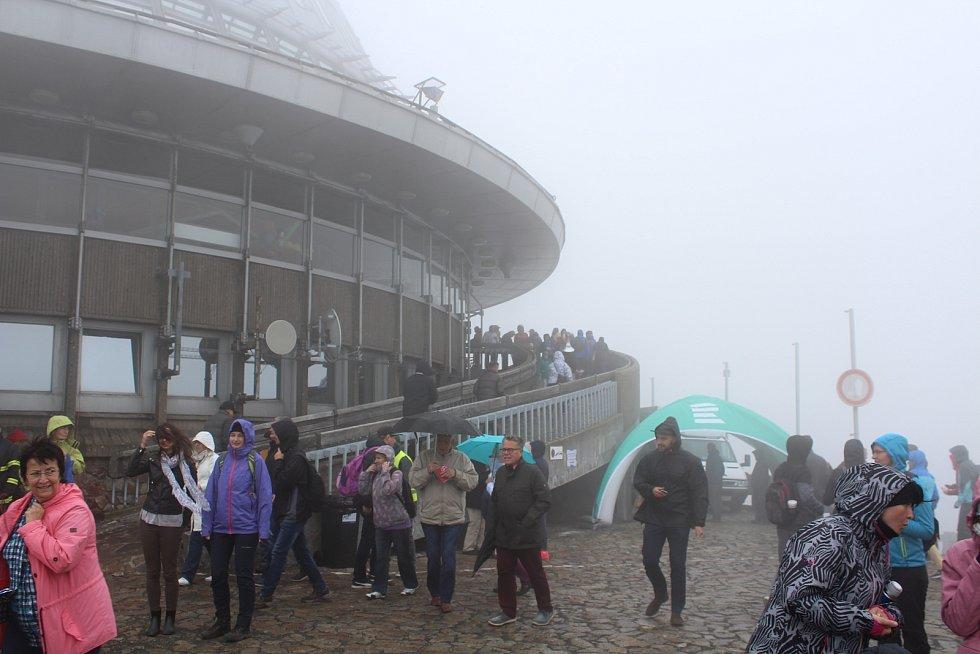 Oslavy 44. narozenin Ještědu probíhaly už tradičně v mlze. Ani špatné počasí však neodradilo stovky návštěvníku, kteří dorazili na prohlídku vysílače a doprovodný program.