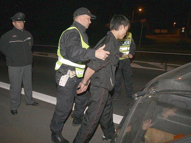 S RUKAMA V ŽELÍZKÁCH může snadno skončit řidič, který nerespektuje zákon a poruší zákaz řízení. Trestem za takovýto přečin můžou být i tři roky strávené ve vězeňské cele.