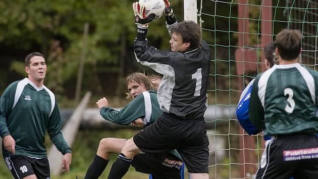 Velké Hamry - Nová Ves 2:0 (1:0). Jenda Zahradník chytá balón před hamerským Prouskem.