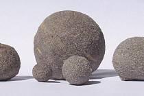 BÍLINSKÉ KOULE. Útvary z markazitu a pyritu většinou nedosahují takové tvarové dokonalosti, jako ty na ústředním snímku této strany.