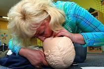UČITELKA do doby příjezdu záchranky provádí masáž srdce a umělé dýchání.