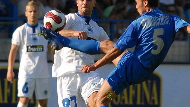 NEKOMPROMISNÍ ODKOP. Obránce Kostanaje Kairat Nurdauletov odkopává míč před Janem Nezmarem, vzadu Petr Krátký