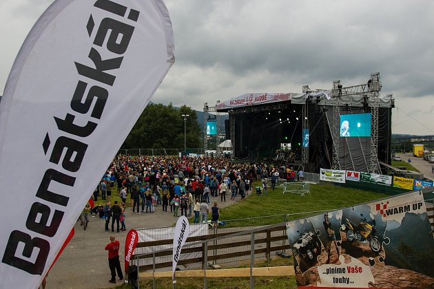 Jubilejní 25. ročník hudebního festivalu Benátská! začal 27. července v Liberecké části Vesec. Na snímku je Gambrinus stage.
