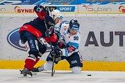 Utkání 16. kola Tipsport extraligy ledního hokeje se odehrálo 2. listopadu v liberecké Home Credit areně. Utkaly se celky Bílí Tygři Liberec a Piráti Chomutov. Na snímku vpravo je Tyler Redenbach.