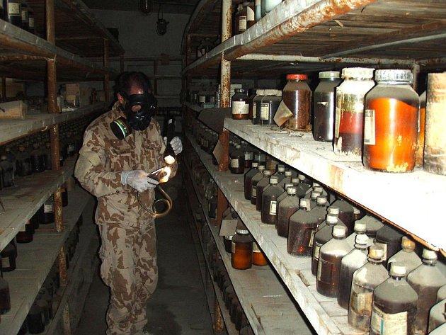 Chemici ve skladu po Sovětské armádě likvidovali nebezpečné látky a trhaviny.