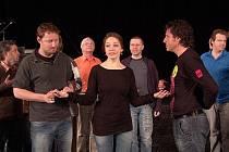 GABRIELA KOPPEROVÁ (uprostřed) v titulní roli operety Veselá vdova má období zkoušek za sebou. Zítra ji čeká premiéra.