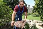 Skalku v zámeckém parku na Sychrově zrehabilitovali místní zahradníci podle dobových materiálů a také podle vzpomínek dcery posledního majitele zámku. Na snímku zahradník Martin Jiránek dokončuje osazení.