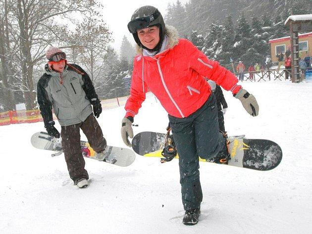 Redaktorky Deníku na vlastní kůži (a kosti) zkoušely, jaké je to postavit se na snowboard. A udržet se na něm. Díky instruktorovi to šlo.