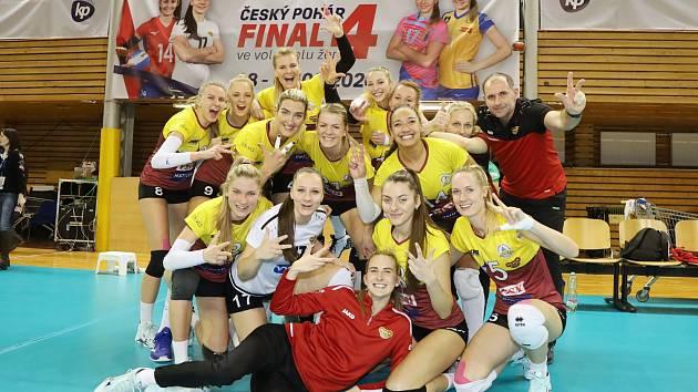 Volejbalistky Liberce se radují ze zisku bronzových medailí.