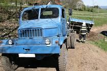 U utržené korby auta pomáhali i hasiči.