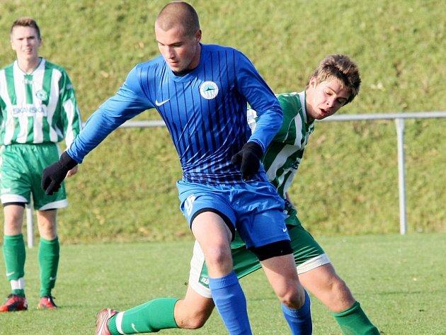 MATĚJ LUKES ZE SLOVANU. Útočník v modrém vstřelil Meteoru hattrick, jeho kolega Matějka dal gólů pět.