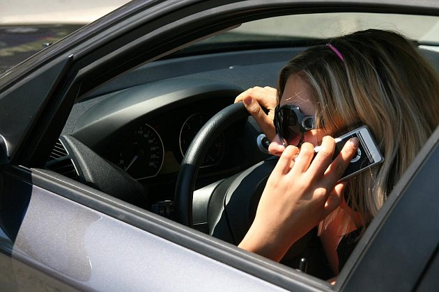 TELEFONOVÁNÍ OMEZUJE POZORNOST ŘIDIČE. Stejně jako alkohol, může telefonování za volantem vést k velmi vážné dopravní nehodě. Nejlepší je při jízdě vůbec hovory nevyřizovat, ani nepsat textové zprávy, značně se tím omezuje pozornost řidiče.