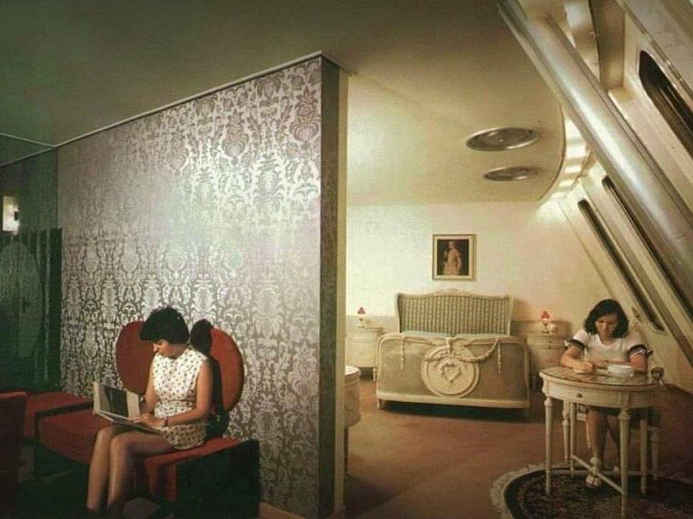 Původní vybavení hotelového apartmánu s historizujícími prvky.
