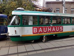 Vykolejená tramvaj u viaduktu.