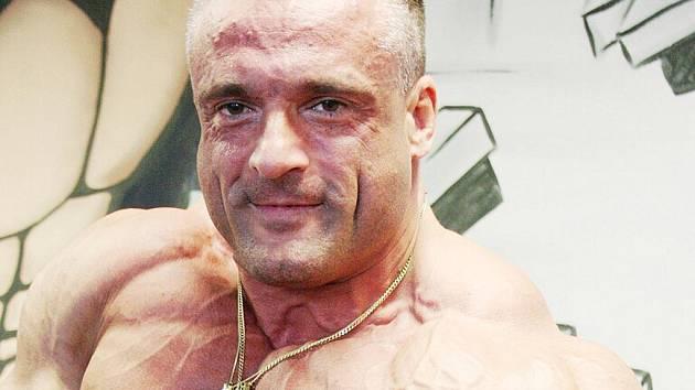 MARTIN HOLUB. Se svými bicepsy chce uspět na šampionátech.